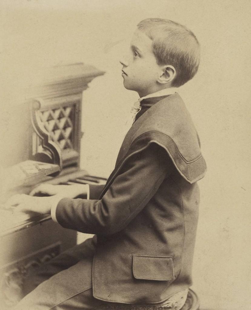 DI 103621; nieznany (fotograf); nieznane; Portret chłopca siedzącego przy pianinie (?); ca 1890; odbitka fotograficzna; papier fotograficzny, karton; 14,5 x 10,4